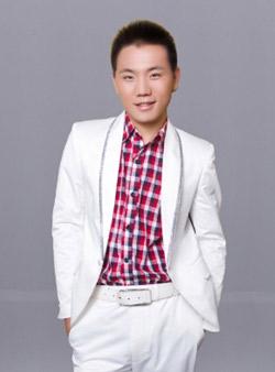 魏小龙/教育背景:毕业于天津外国语学院。