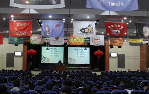 大兴一中梅晗讲座的场上坐满了前来听课的学生