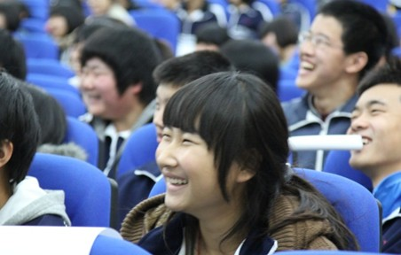 大兴一中讲座中学生开心地笑着